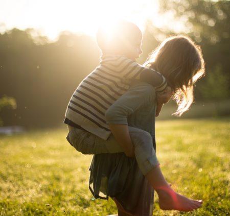 Junge Mädchen Sonnenuntergang Wiese   München mit Kind