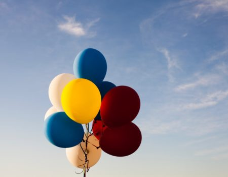 blauer Himmel, Ballons, rot, blau, gelb, 50 tolle Tipps, Kindergeburtstag // München mit Kind