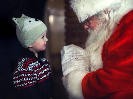 Nikolaus Santa Kind Junge Geschenke // HIMBEER