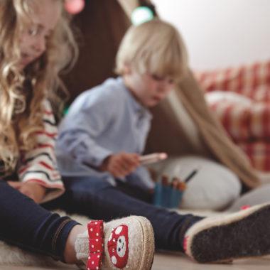 Kinder mit warmen Filzpantoffeln | BERLIN MIT KIND
