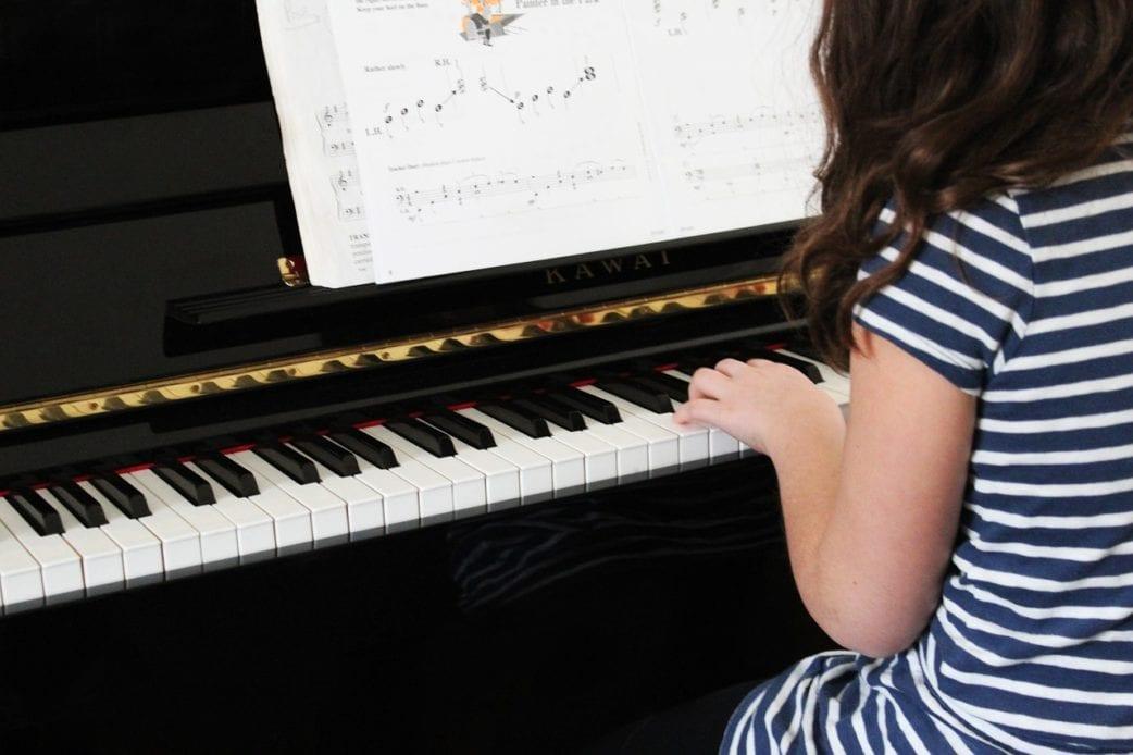 Beste Musikkurse, München, Mädchen Piano, Tasten, Klavier, Unterricht // München mit Kind