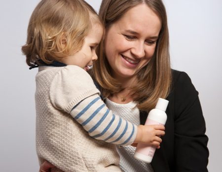 Michaela und Tochter mit Produkt