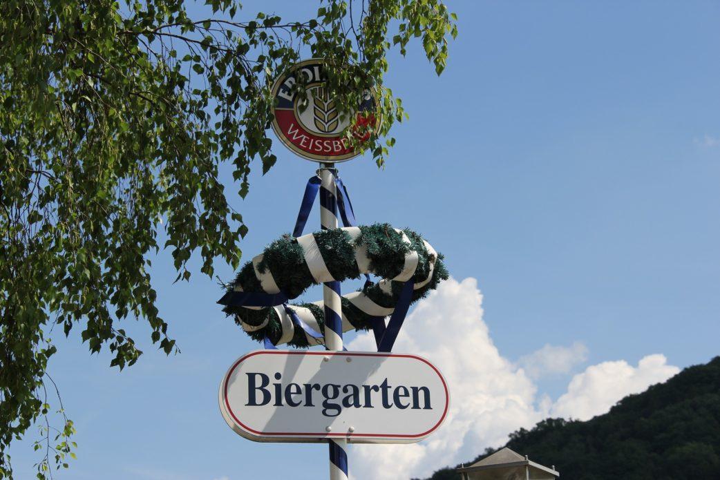 Biergarten Schild blauer Himmel