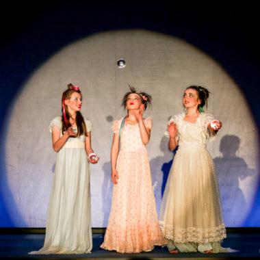 Drei Prinzessinen im Circus Leopoldini   München mit Kind
