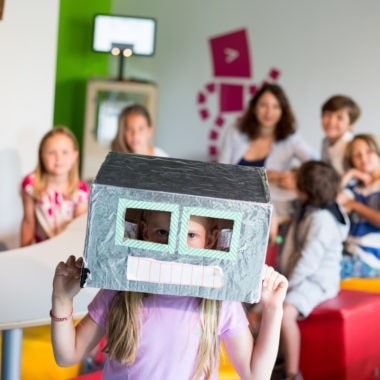 Kind mit Roboterkopf aus Pappe   Muenchen mit Kind