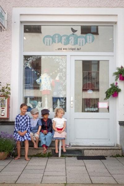 Kinder vor Miramu Laden | Muenchen mit Kind