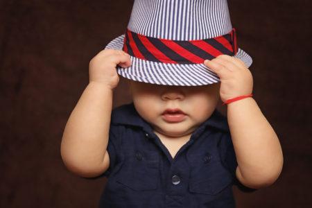 Kleinkind mit Hut   Muenchen mit Kind