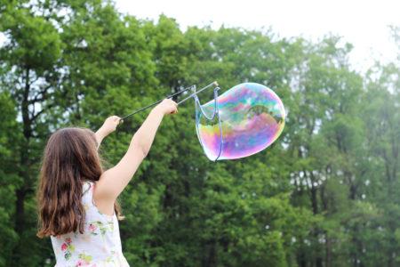 Mädchen mit Seifenblasen im Wald | München im Kind