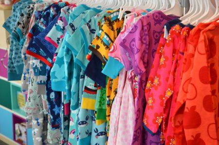 Bunte Kleidung Murmelwald | Muenchen mit Kind