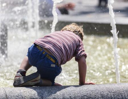 Junge Brunnen Wasser // Muenchen mit Kind