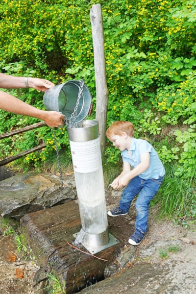 Meran Reisebericht Junge Wasser Grün // Muenchen mit Kind