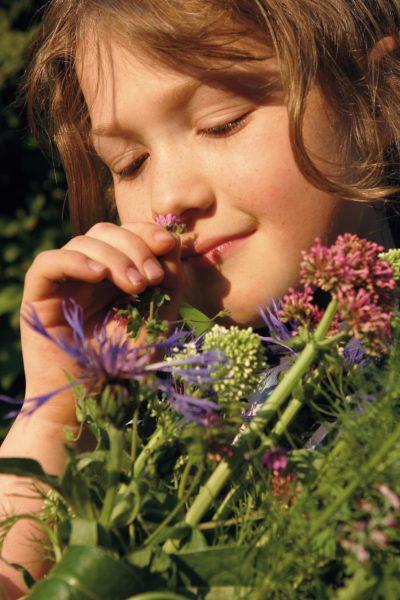 Mädchen riecht an Blumen // HIMBEER
