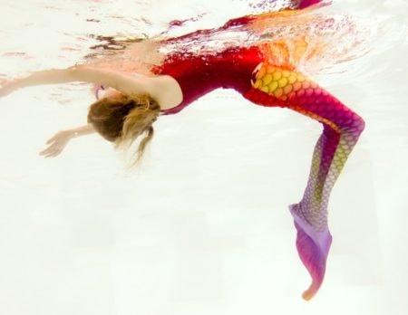 mädchen rote mono flosse Meerjungfrauen kurs Aktivtipp // Muenchen mit Kind
