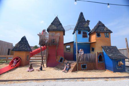 Bunte Spielturmwelt im EQUILALAND