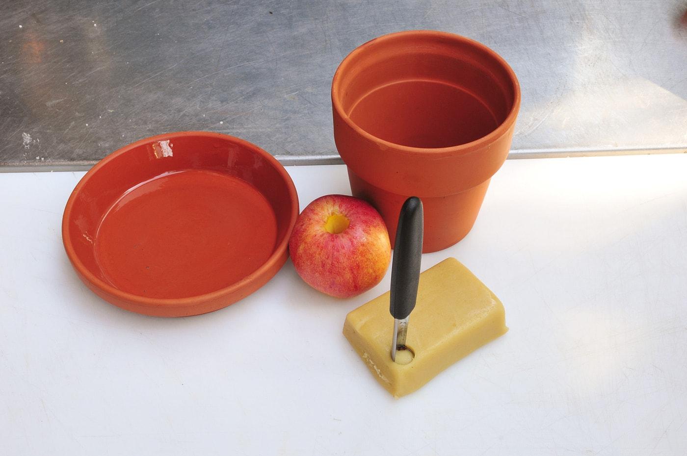 Tontopf, Apfel und Marzipan