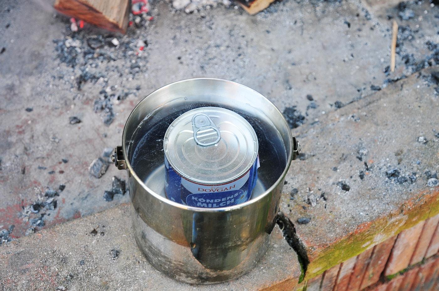 Dose Kondensmilch in einem Topf mit Wasser zum Karamell selber machen