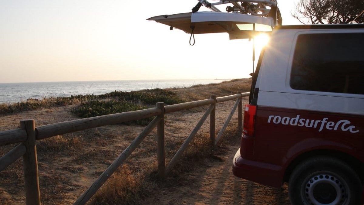 VW Camper im Sonnenuntergang am Meer c roadsurfer GmbH