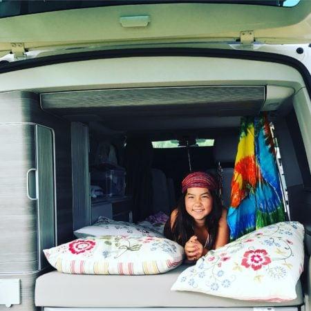 VW Camper mit Mädchen c roadsurfer GmbH