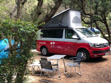 VW Camper auf Campingplatz c roadsurfer GmbH