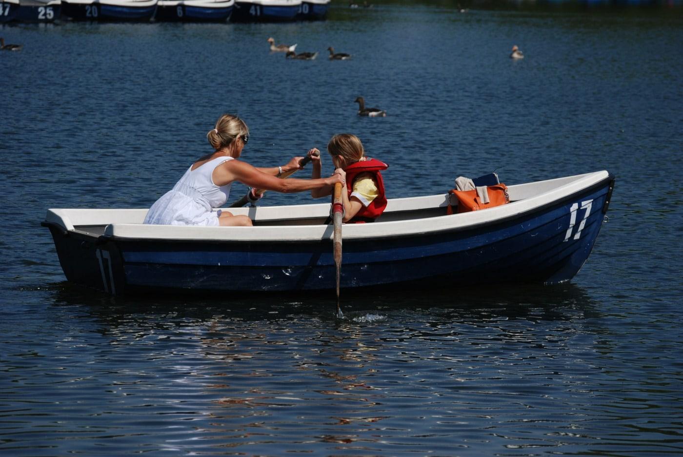 Ruderboot Boot fahren Mutter Tochter Schwimmweste // Muenchen mit Kind