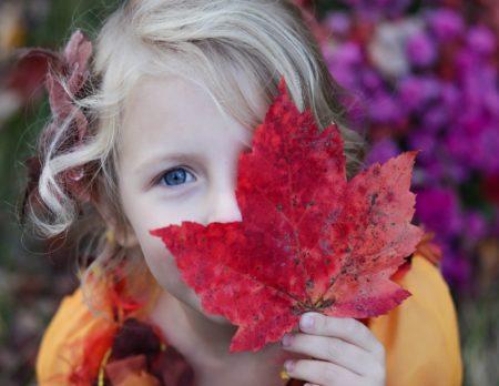 Herbst Maedchen Blatt Rot Wochenendtipps // Muenchen mit Kind