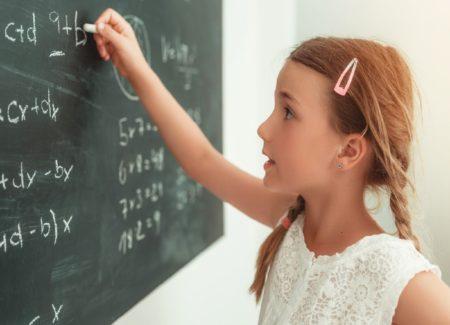 Maedchen Lernen Lerntipps Tafel // Muenchen mit Kind