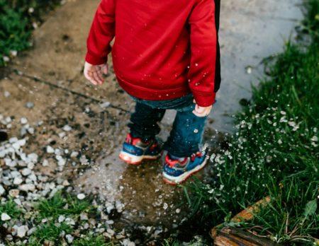 Tipps für Regentage, Schlechtwetterpgoramm, Junge, Pfütze, Wasser // München mit Kind