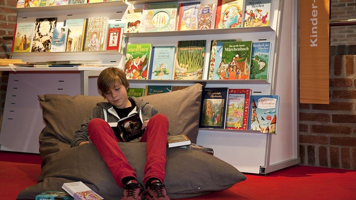 Muenchner Buecherscha Junge Lesen // HIMBEER
