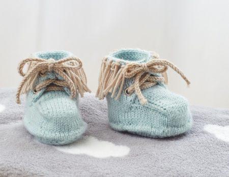 Kuschlige Mokassins für Babys stricken // HIMBEER