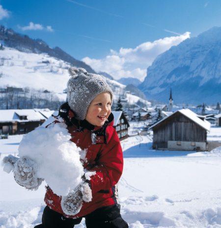 Skifahren mit Kindern in Österreich: Schneemann bauen // HIMBEER