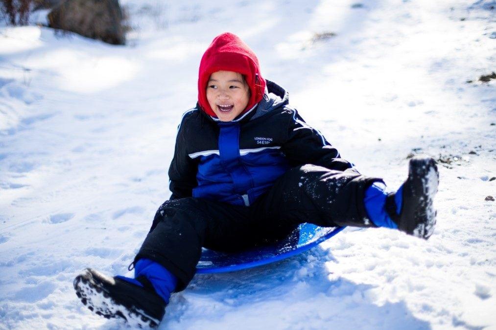 Junge Schlitten Schnee Wochenendtipps // Muenchen mit Kind