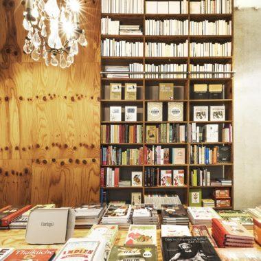 Moths, Buchläden, liebste, Münchens Beste, Top 10, Literatur, Bücher, Innenansicht, Bücherregal, Lüster // München mit Kind