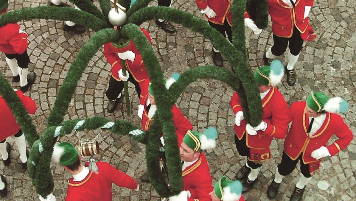 Schäfflertanz, grüne Bögen, rote Jacken, Tanz, 7 Jahre // München mit Kind