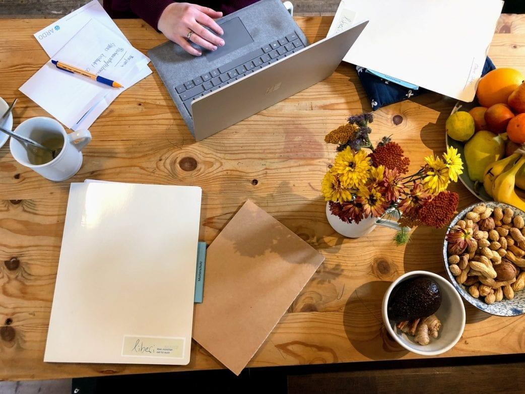 Tisch, Blumen, Obst, liberi, Laptop, Elterngelberatung // München mit Kind