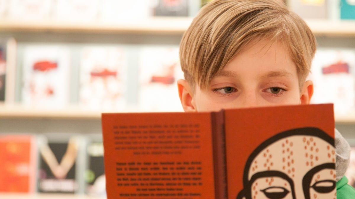 Lesender Junge Muenchner Buecherschau // Muenchen mit Kind