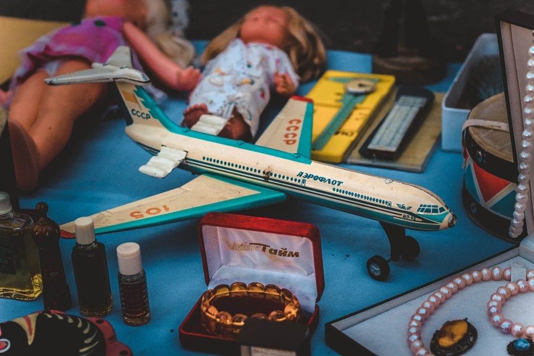 Flohmarkt, Kindersachen, Basar, Flugzeug, Puppe, retro // München mit Kind