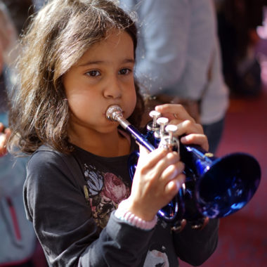 Trompetendes Maedchen Der Gasteig brummt // Muenchen mit Kind