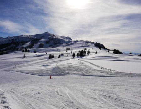Breite Pisten im Familienskigebiet Steinplatte in Österreich // HIMBEER