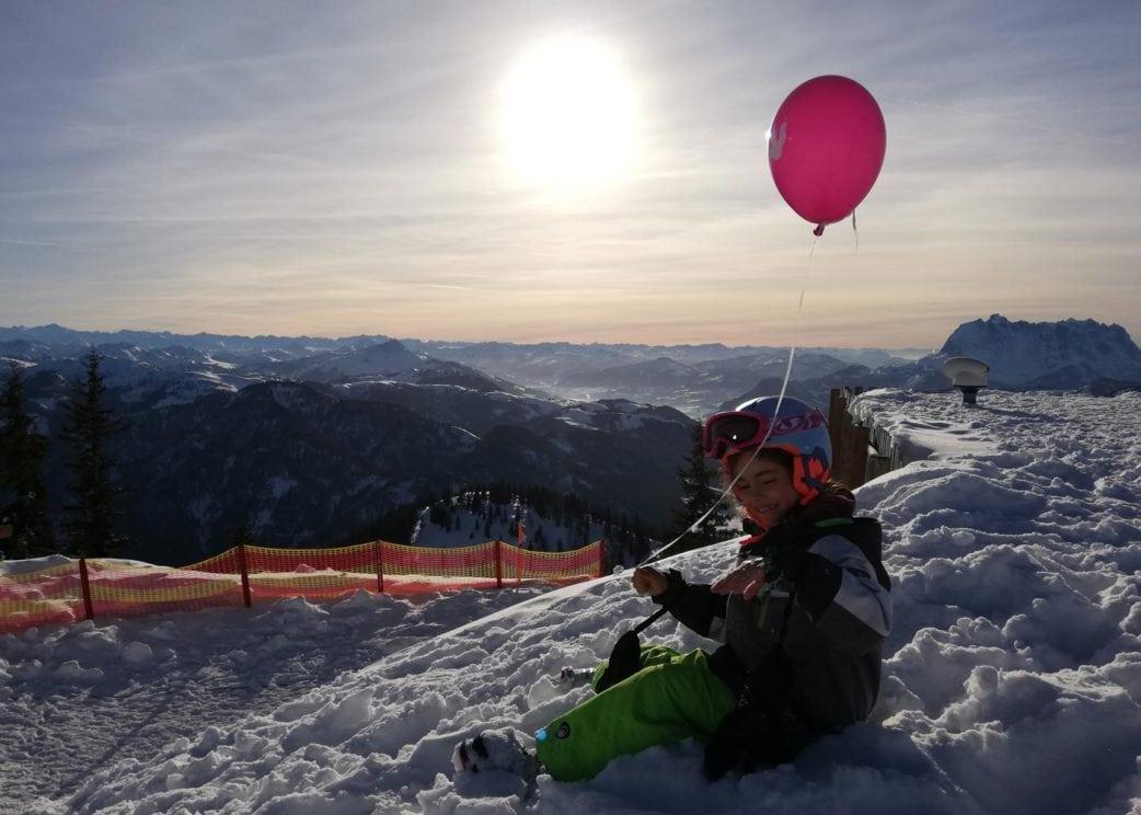 Großer Skispaß für die ganze Familie im Familienskigebiet Steinplatte in Österreich // HIMBEER
