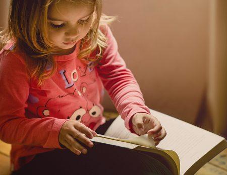 Bibliothek Kinder und Jugendbücher Mädchen Lesen // HIMBEER