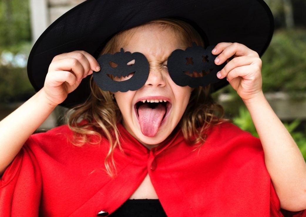 Kind, schwarze Maske, roter Umhang, Kind, Kinderfasching // München mit Kind