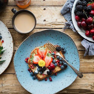 Brunch in Muenchen Toast Fruechte // HIMBEER