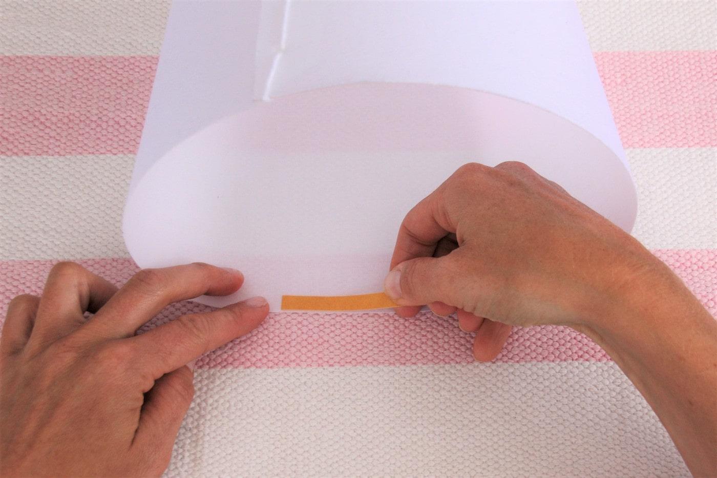 Schultütenrohling mit Klebestreifen auslegen