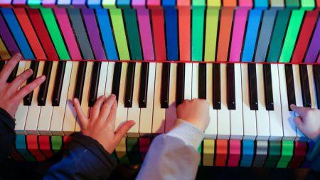 Frau am Klavier Spiel den Gasteig // HIMBEER