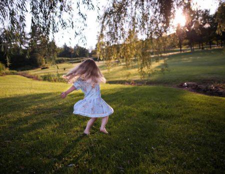 Maedchen tanzt Wiese Drausswn und Umsonst // HIMBEER