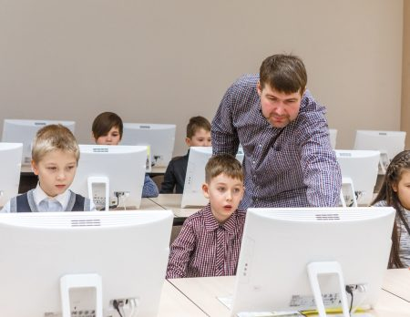 Programmierschule KIBERone Computer Kinder // HIMBEER