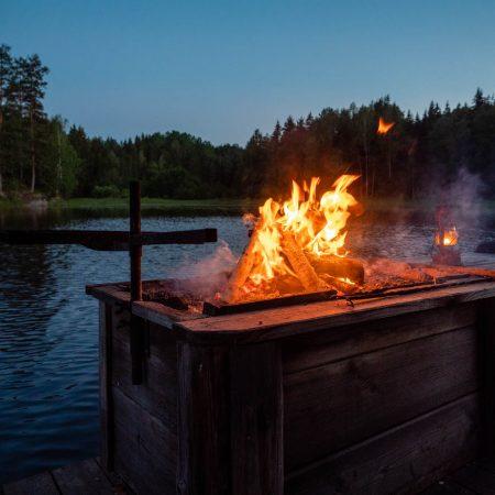 Urlaub mit Kindern in Schweden: Feuerstelle am Wasser // HIMBEER