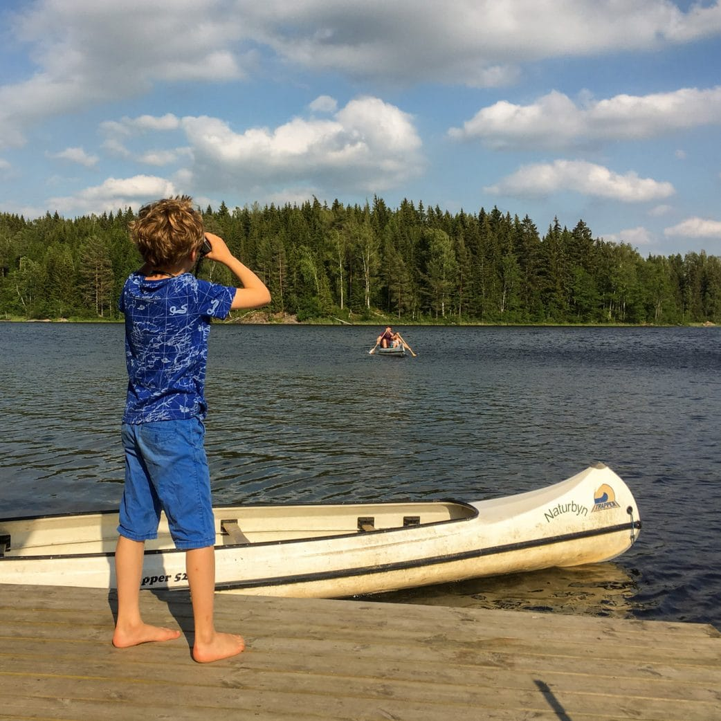 Urlaub mit Kindern in Schweden am See: Badespaß und Paddeltouren // HIMBEER