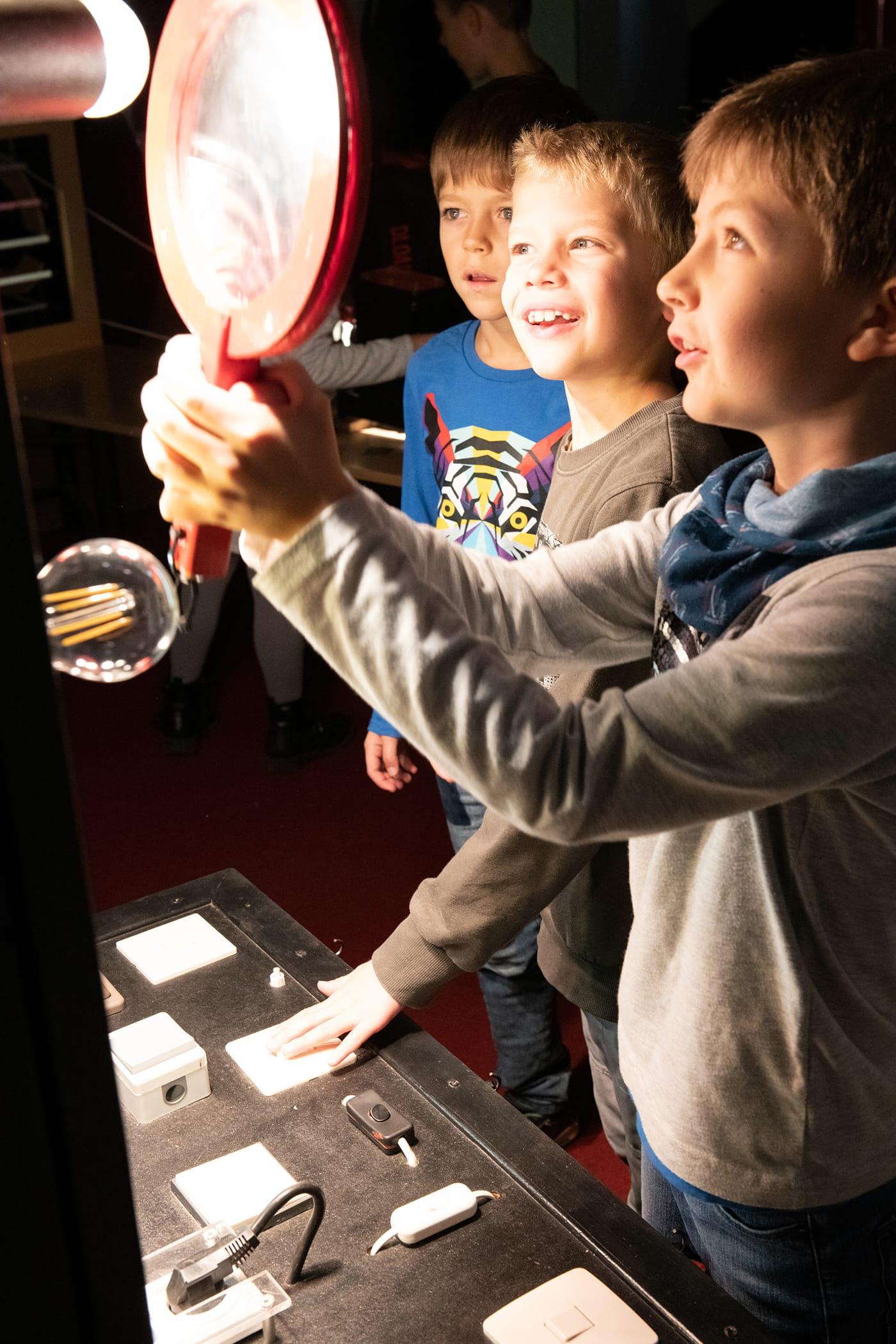 Licht an Licht aus Kindermuseum Kinder Spiegel // HIMBEER