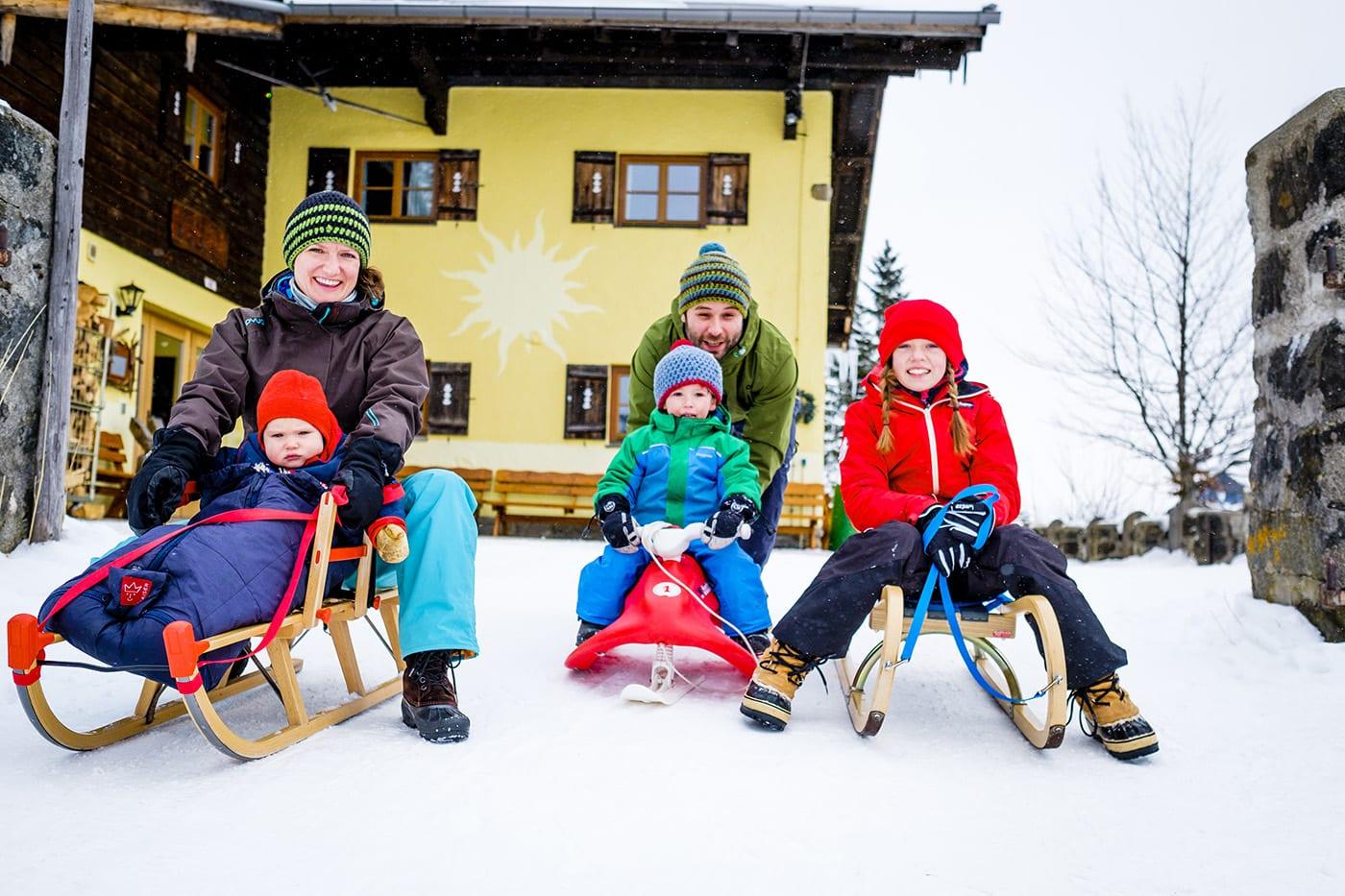 Jugendherberge Sudellfeld Schlitten fahren Winter // HIMBEER